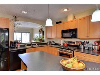 Photo 5: 24 127 Aldersmith Pl in VICTORIA: VR Glentana Row/Townhouse for sale (View Royal)  : MLS®# 738136