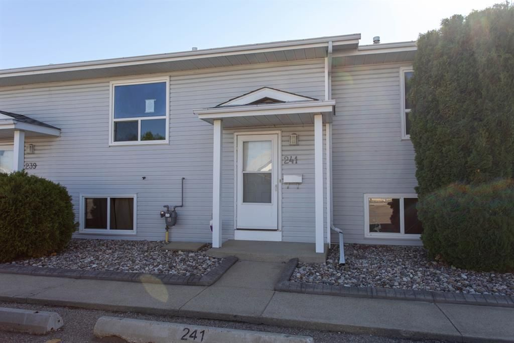 Main Photo: 241 56 Holmes Street: Red Deer Row/Townhouse for sale : MLS®# A1139147