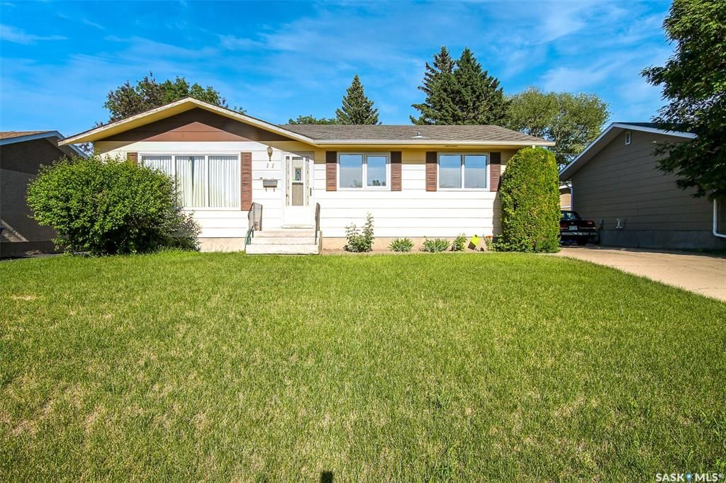 Main Photo: 11 Macdonald Crescent in Swift Current: North East Residential for sale : MLS®# SK861353