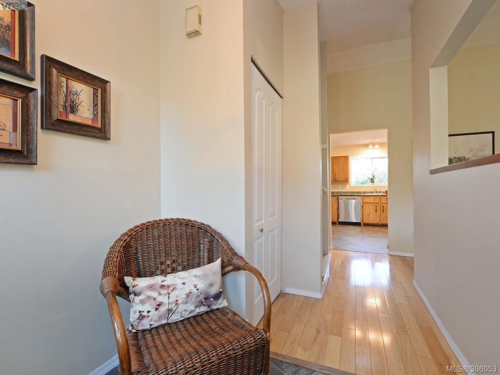 Photo 11: Photos: 11 Quincy St in VICTORIA: VR Hospital House for sale (View Royal)  : MLS®# 775790