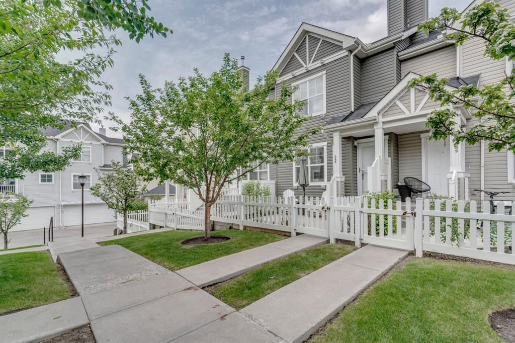 Main Photo: 385 Elgin Gardens SE in Calgary: McKenzie Towne Row/Townhouse for sale : MLS®# A1115292