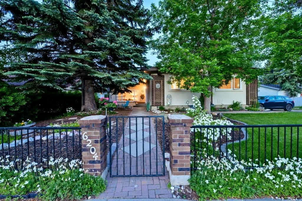 Main Photo: 6204 SILVER RIDGE Drive NW in Calgary: Silver Springs Detached for sale : MLS®# C4254018