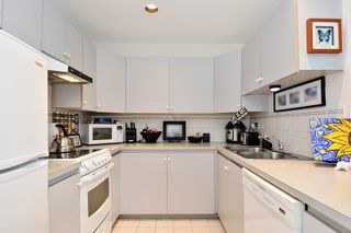 "Photo 5: 206 14881 MARINE Drive: White Rock Condo for sale in ""Driftwood Arms"" (South Surrey White Rock)  : MLS®# R2381349"