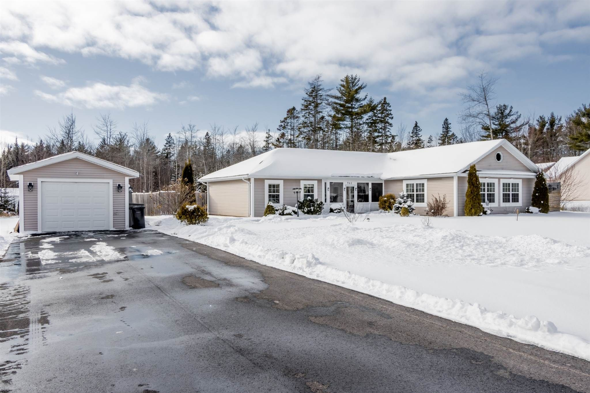 Main Photo: 961 Bradley Street in Wilmot: 400-Annapolis County Residential for sale (Annapolis Valley)  : MLS®# 202101232