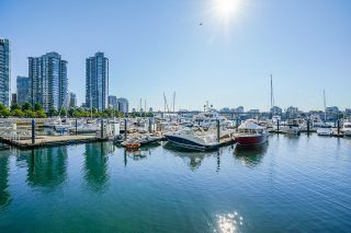 """Photo 2: 112 1228 MARINASIDE Crescent in Vancouver: Yaletown Townhouse for sale in """"CRESTMARK TWO"""" (Vancouver West)  : MLS®# R2609397"""