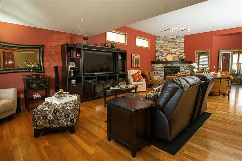 Photo 3: Photos: 23 Tiverton Bay in Winnipeg: River Park South Residential for sale (2F)  : MLS®# 202008374