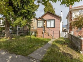 Photo 2: 3123 E 4TH Avenue in Vancouver: Renfrew VE House for sale (Vancouver East)  : MLS®# R2106855