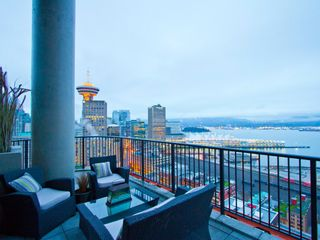 """Photo 1: 2910 128 W CORDOVA Street in Vancouver: Downtown VW Condo for sale in """"WOODWARDS"""" (Vancouver West)  : MLS®# V987819"""
