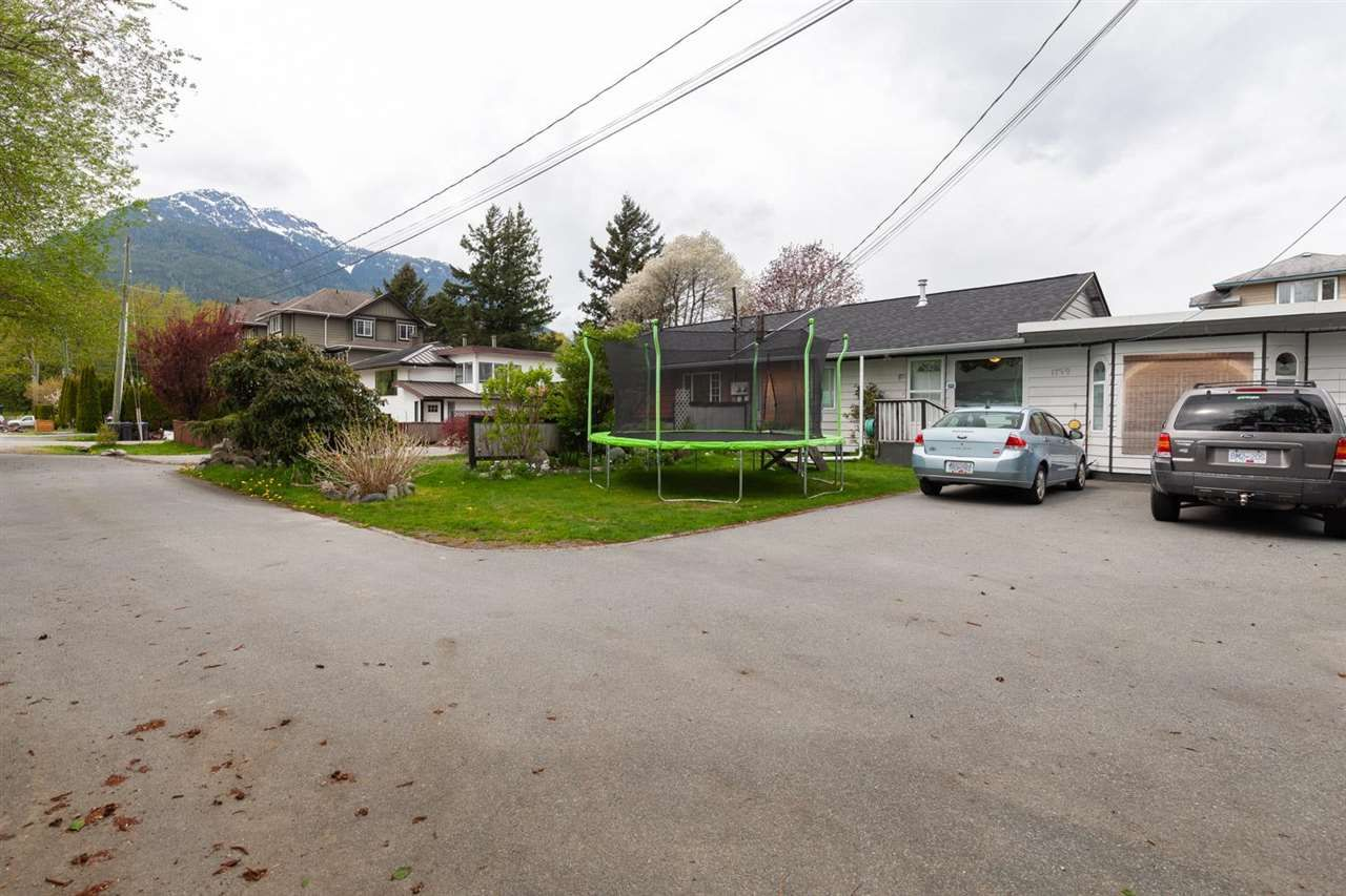 Main Photo: 1799 CHIEFVIEW Road in Squamish: Brackendale 1/2 Duplex for sale : MLS®# R2573227