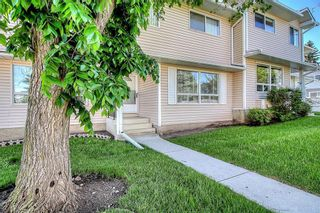 Photo 2: 145 WOODSMAN Lane SW in Calgary: Woodbine Row/Townhouse for sale : MLS®# C4303483