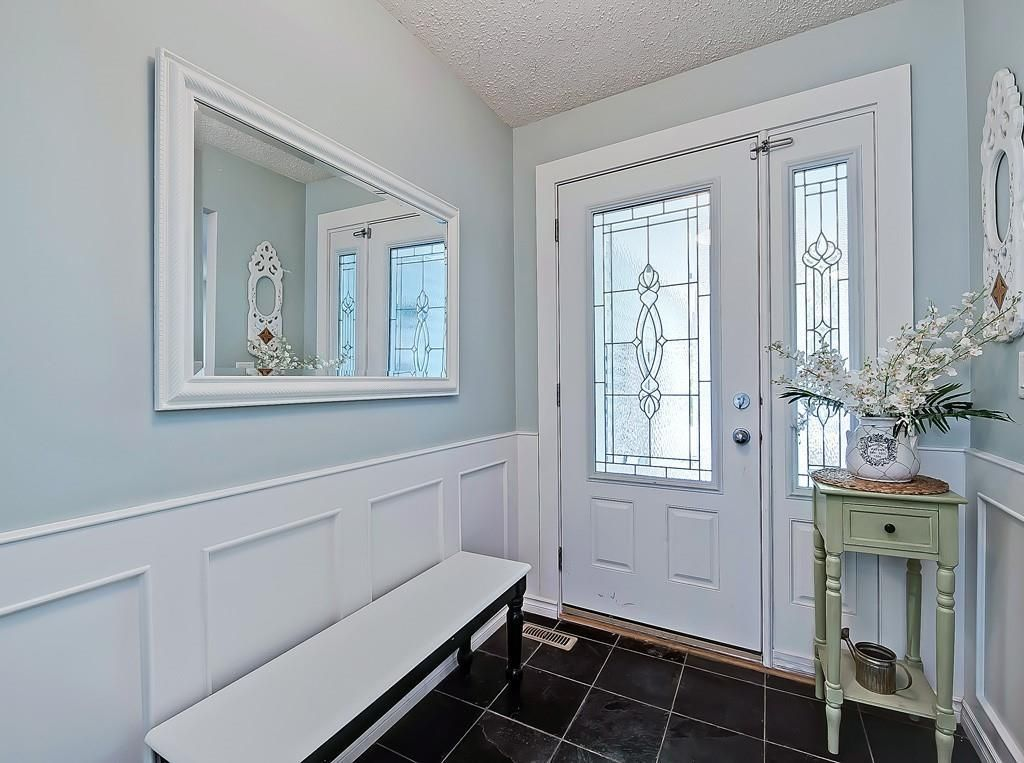 Photo 3: Photos: 7607 68 Avenue NW in Calgary: Silver Springs Detached for sale : MLS®# A1024824