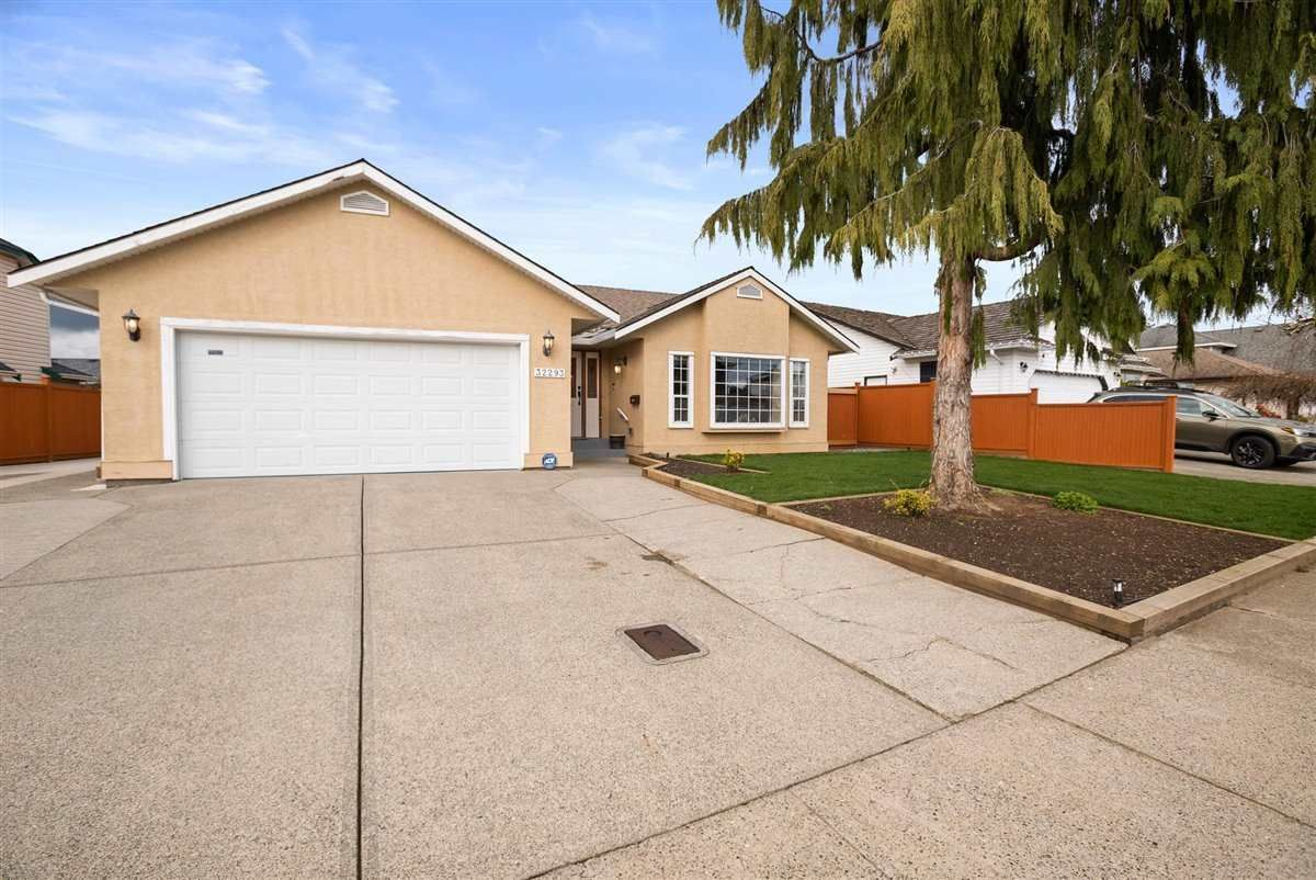 """Main Photo: 32293 NAKUSP Drive in Abbotsford: Abbotsford West House for sale in """"FAIRFIELD ESTATES"""" : MLS®# R2556251"""
