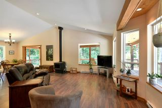 Photo 2: 6139 REEVES Road in Sechelt: Sechelt District House for sale (Sunshine Coast)  : MLS®# R2553170