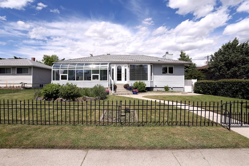 Main Photo: 42 Montrose Crescent NE in Calgary: Winston Heights/Mountview Detached for sale : MLS®# A1144077