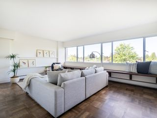 """Photo 2: 401 5926 TISDALL Street in Vancouver: Oakridge VW Condo for sale in """"OAKMONT PLAZA"""" (Vancouver West)  : MLS®# R2374156"""