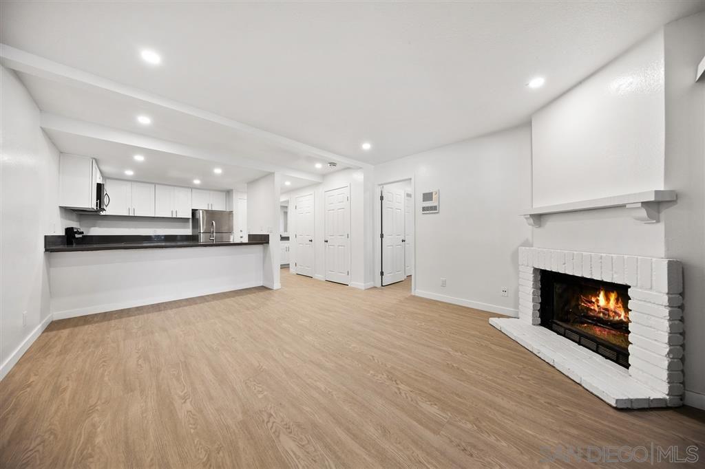 Main Photo: LA JOLLA Condo for sale : 1 bedrooms : 8362 Via Sonoma #C