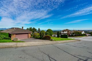 """Photo 2: 624 CLEARWATER Way in Coquitlam: Coquitlam East House for sale in """"RIVER HEIGHTS"""" : MLS®# R2622495"""