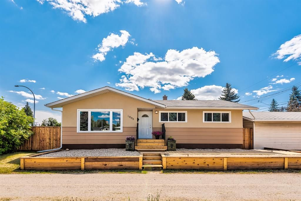 Main Photo: 1003 Heritage Drive SW in Calgary: Haysboro Detached for sale : MLS®# A1145835