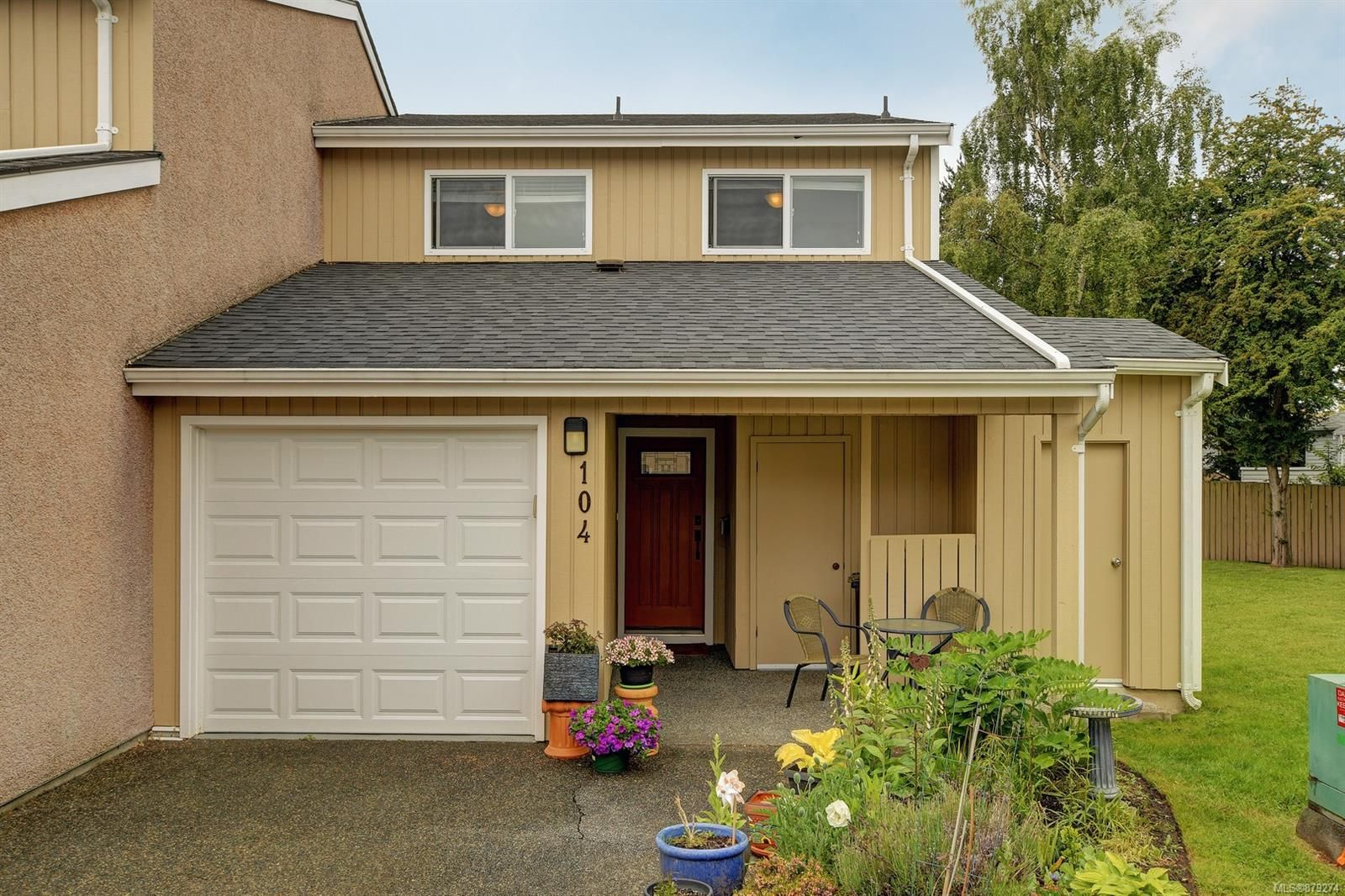 Main Photo: 104 3048 Washington Ave in : Vi Burnside Row/Townhouse for sale (Victoria)  : MLS®# 879274