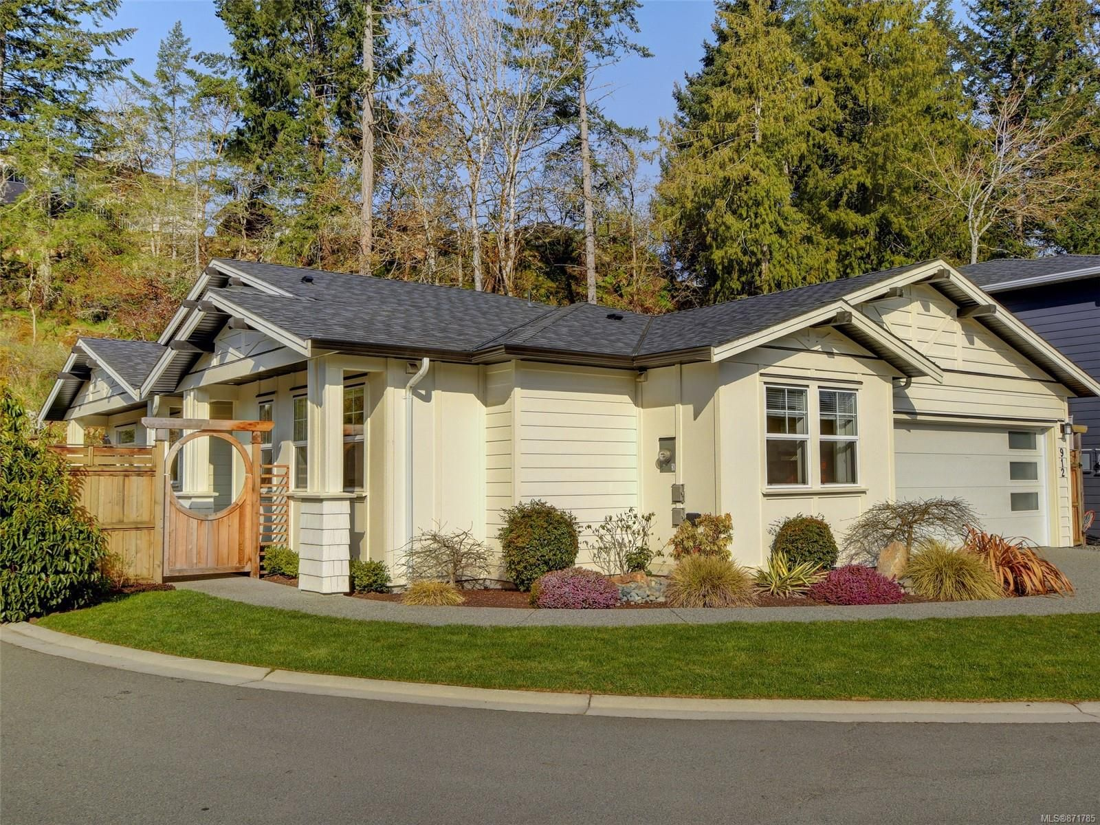 Main Photo: 912 Randall Pl in : La Florence Lake House for sale (Langford)  : MLS®# 871785