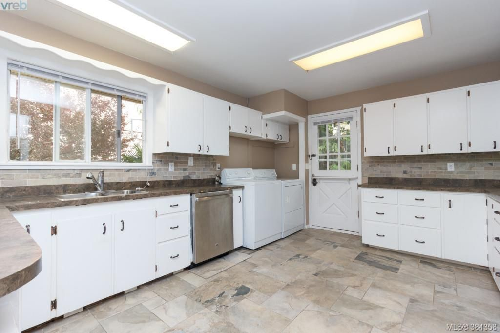 Photo 7: Photos: 2048 Melville Dr in SAANICHTON: Si Sidney North-East House for sale (Sidney)  : MLS®# 772514