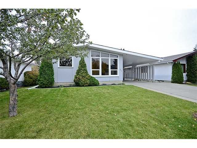 Main Photo: 71 CHISHOLM CR NW in CALGARY: Charleswood Residential Detached Single Family for sale (Calgary)  : MLS®# C3588910