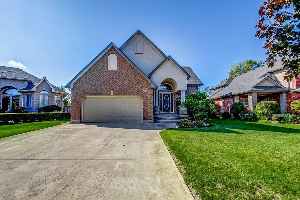 Main Photo: 42 Tuscani Drive in Stoney Creek: Residential for sale : MLS®# H4088477