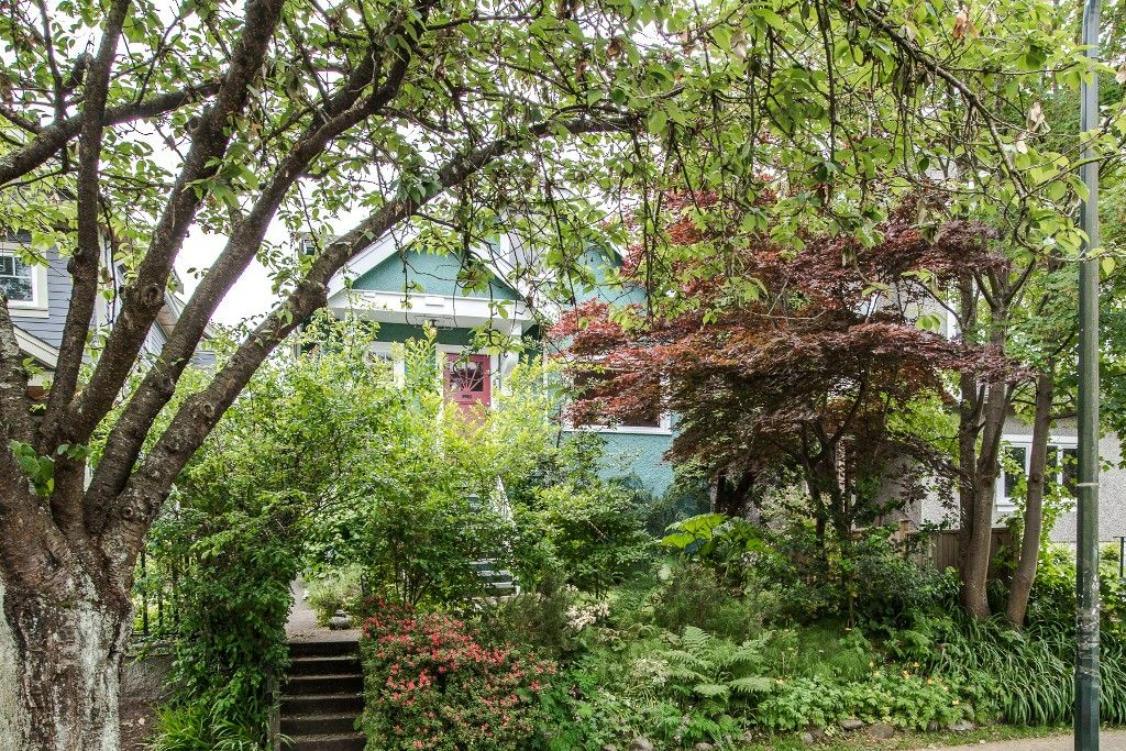 Main Photo: 1074 E 10TH Avenue in Vancouver: Mount Pleasant VE House for sale (Vancouver East)  : MLS®# R2072304