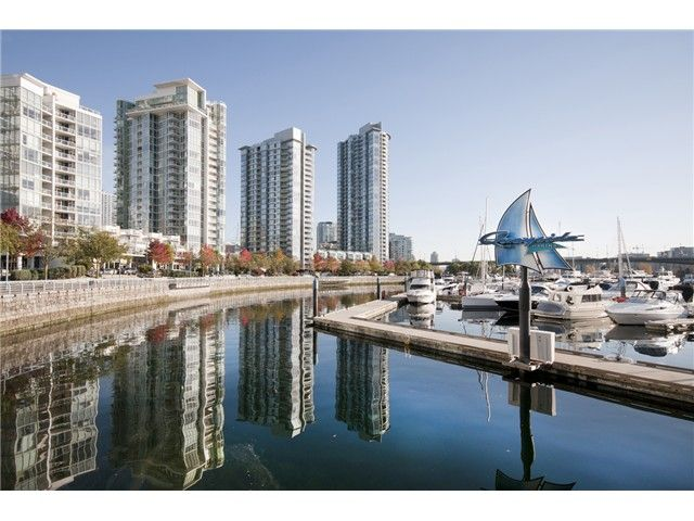 """Main Photo: 1033 MARINASIDE Crescent in Vancouver: Yaletown Condo for sale in """"QUAYWEST RESORT 1"""" (Vancouver West)  : MLS®# V979041"""