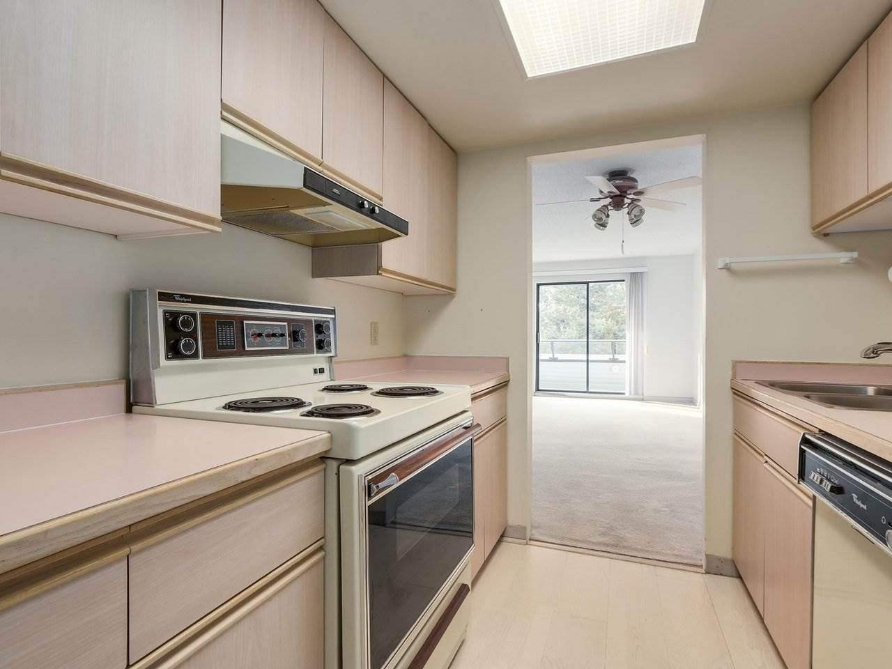 """Photo 11: Photos: 311 1341 GEORGE Street: White Rock Condo for sale in """"OCEANVIEW"""" (South Surrey White Rock)  : MLS®# R2381098"""