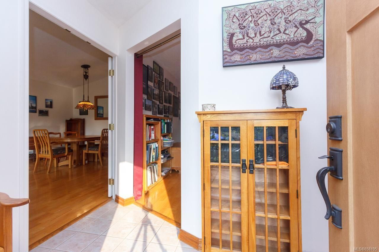 Photo 5: Photos: 1542 Westall Ave in : Vi Oaklands House for sale (Victoria)  : MLS®# 858195