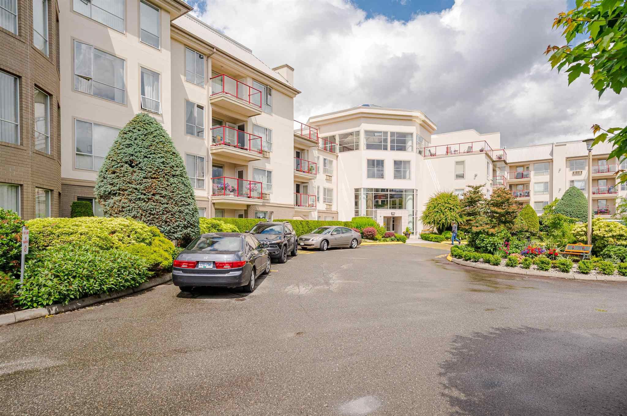 Main Photo: 211 2626 COUNTESS Street: Condo for sale in Abbotsford: MLS®# R2594298