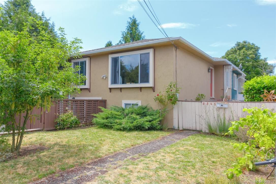 Main Photo: 2546 Garden St in Victoria: Vi Oaklands Full Duplex for sale : MLS®# 844253