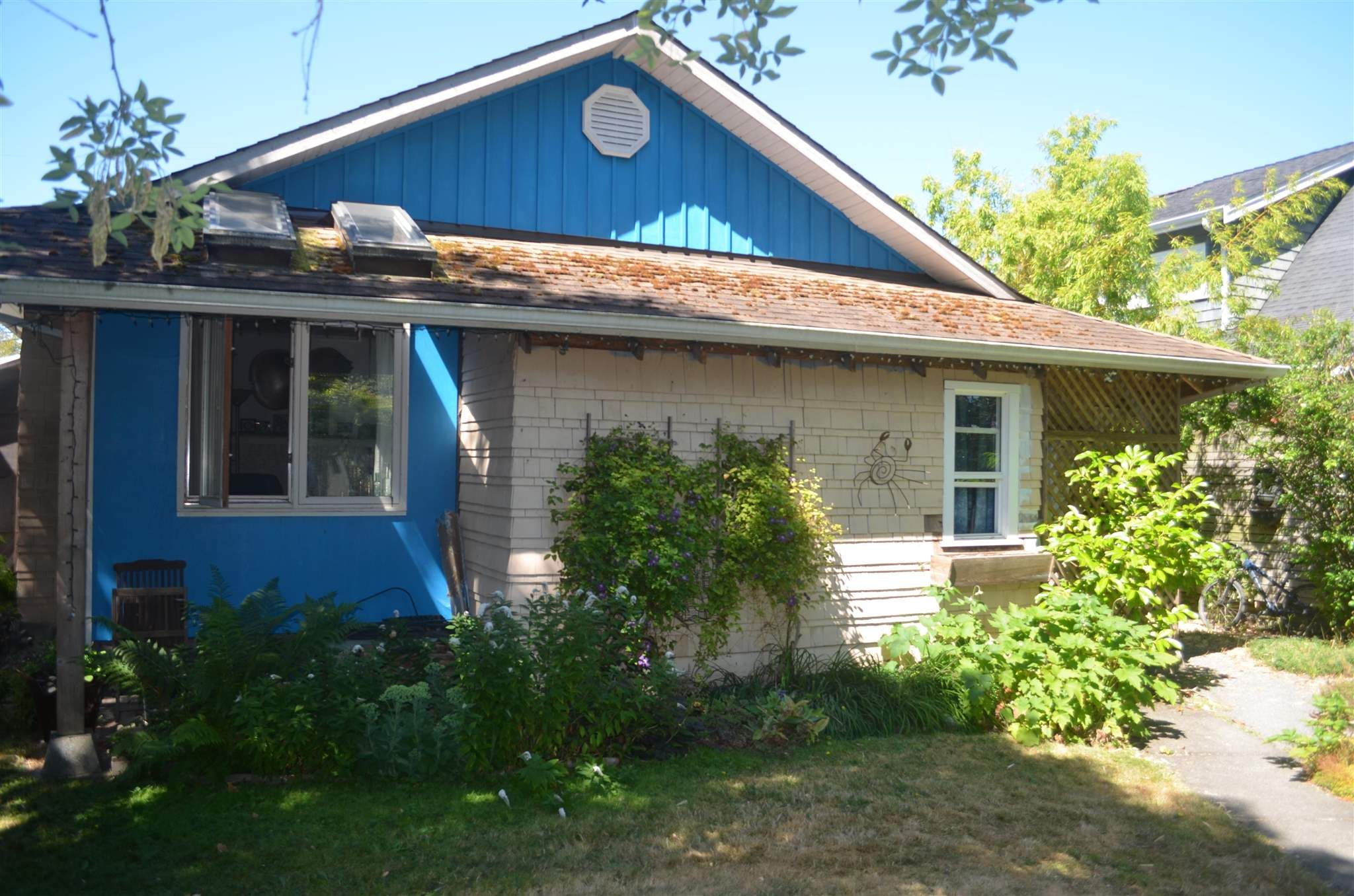 Main Photo: 2801 GORDON Avenue in Surrey: Crescent Bch Ocean Pk. House for sale (South Surrey White Rock)  : MLS®# R2603059