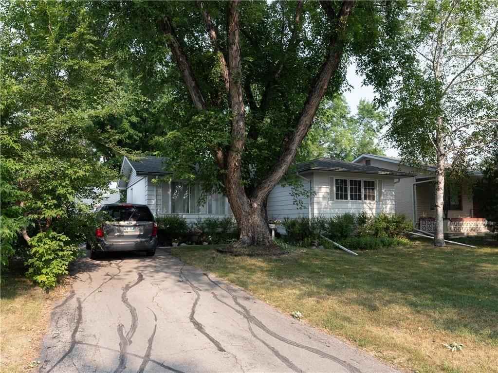 Main Photo: 104 Roselawn Bay in Winnipeg: North Kildonan Residential for sale (3F)  : MLS®# 202119908