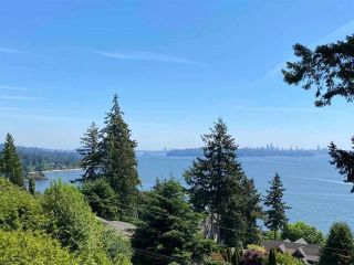 """Photo 2: 485 HAYES Street in West Vancouver: West Bay House for sale in """"West Bay"""" : MLS®# R2582198"""