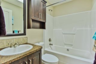 """Photo 15: 51 2120 KING GEORGE Boulevard in Surrey: King George Corridor Manufactured Home for sale in """"Five Oaks"""" (South Surrey White Rock)  : MLS®# R2454981"""