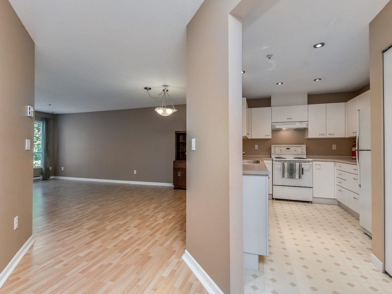 """Photo 4: Photos: 320 1252 TOWN CENTRE Boulevard in Coquitlam: Canyon Springs Condo for sale in """"The Kennedy"""" : MLS®# R2595291"""