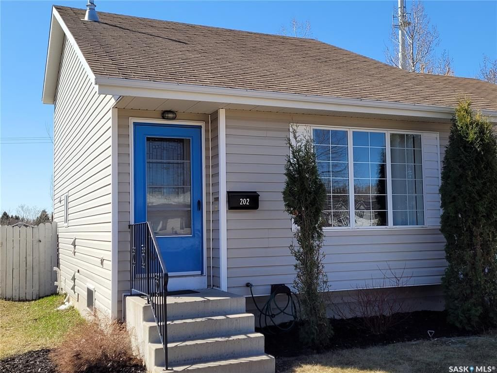 Main Photo: 202 Lochrie Crescent in Saskatoon: Fairhaven Residential for sale : MLS®# SK850647