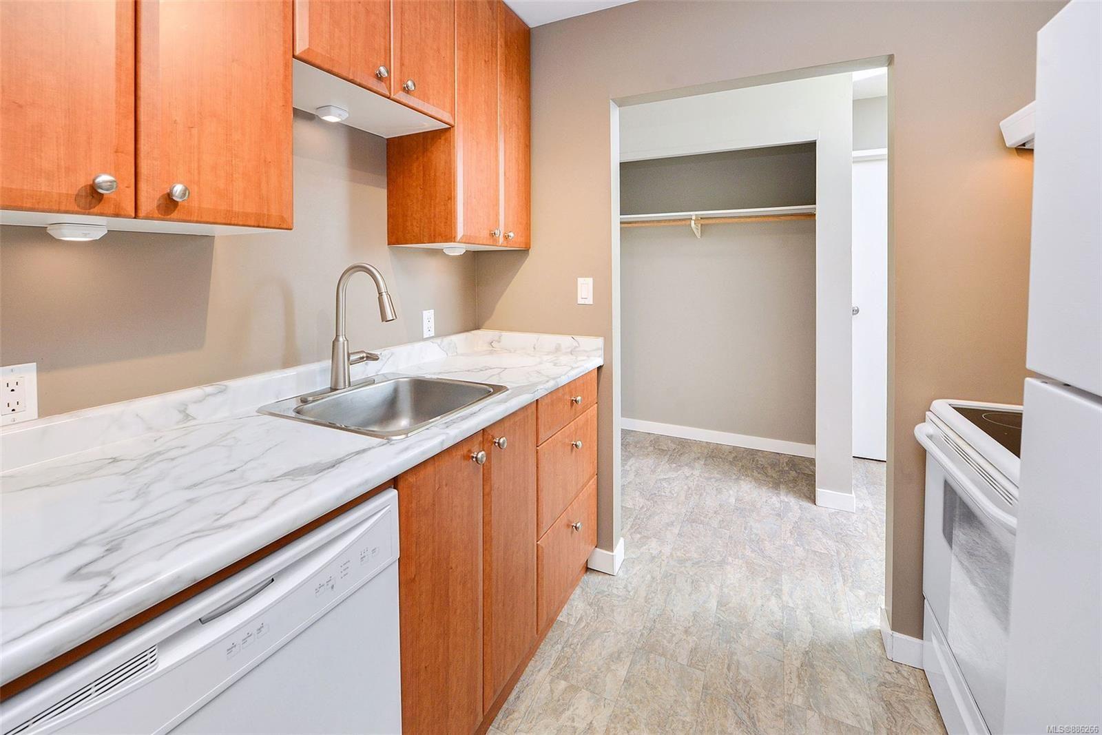 Main Photo: 306 2757 Quadra St in Victoria: Vi Hillside Condo for sale : MLS®# 886266