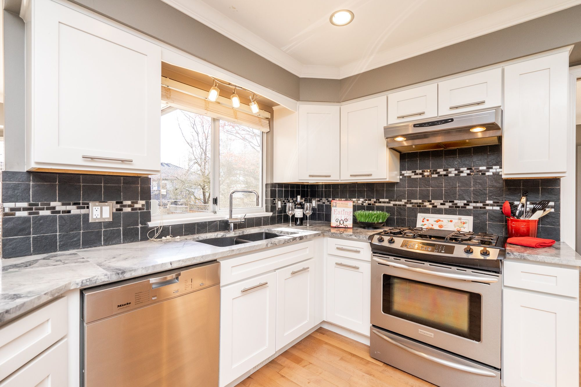 """Photo 6: Photos: 8448 213 Street in Langley: Walnut Grove House for sale in """"Forest Hills"""" : MLS®# R2259409"""