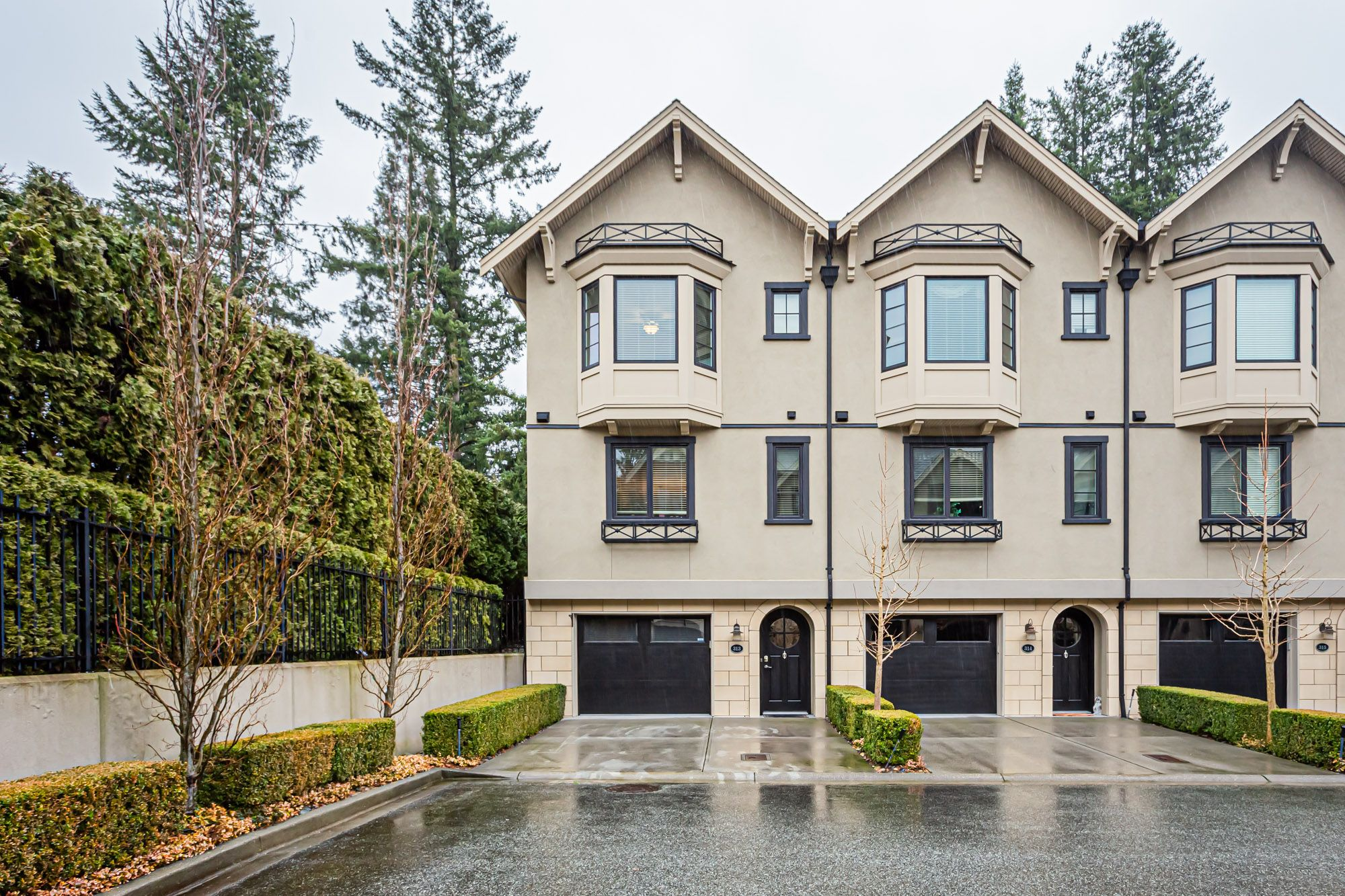 """Main Photo: 313 2580 LANGDON Street in Abbotsford: Abbotsford West Townhouse for sale in """"THE BROWNSTONES ON THE PARK"""" : MLS®# R2440240"""