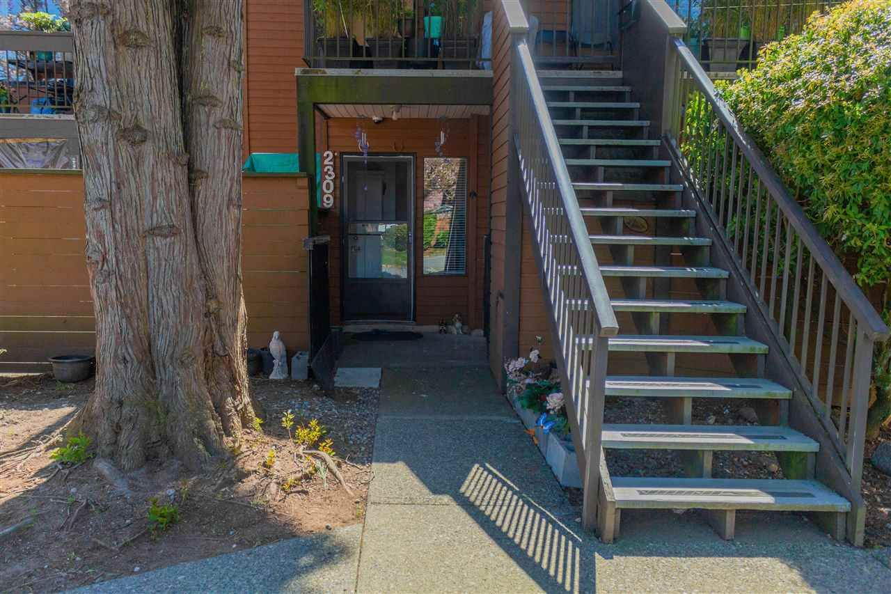 """Main Photo: 2309 10620 150 Street in Surrey: Guildford Townhouse for sale in """"Lincoln's Gate"""" (North Surrey)  : MLS®# R2586408"""