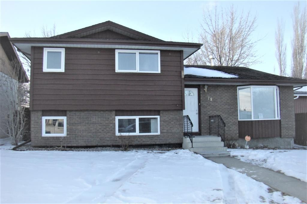 Main Photo: 28 Princeton Road W in Lethbridge: Varsity Village Residential for sale : MLS®# A1071495