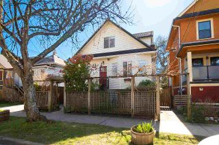 Photo 1: 614 E 14TH Avenue in Vancouver: Mount Pleasant VE House for sale (Vancouver East)  : MLS®# R2446577