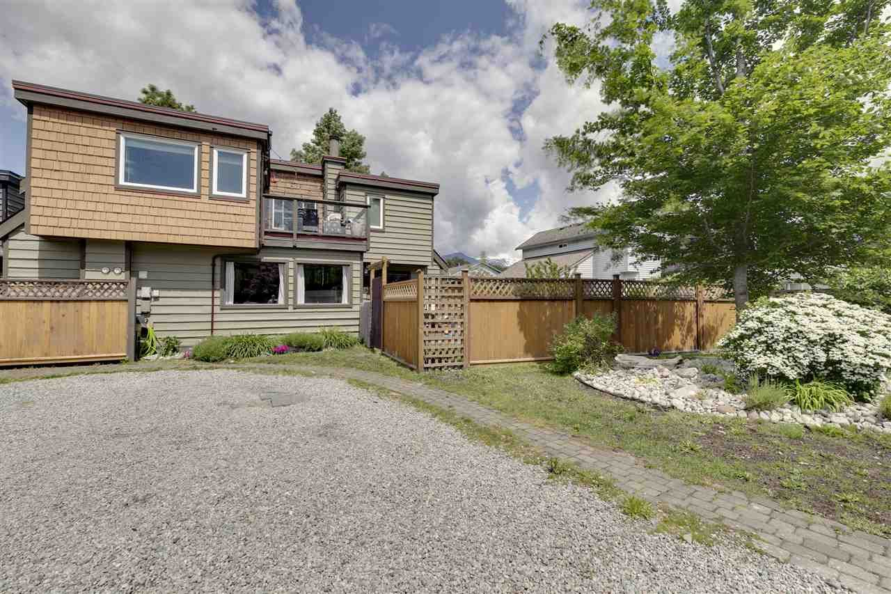 Main Photo: 1025 BROTHERS Place in Squamish: Northyards 1/2 Duplex for sale : MLS®# R2373041