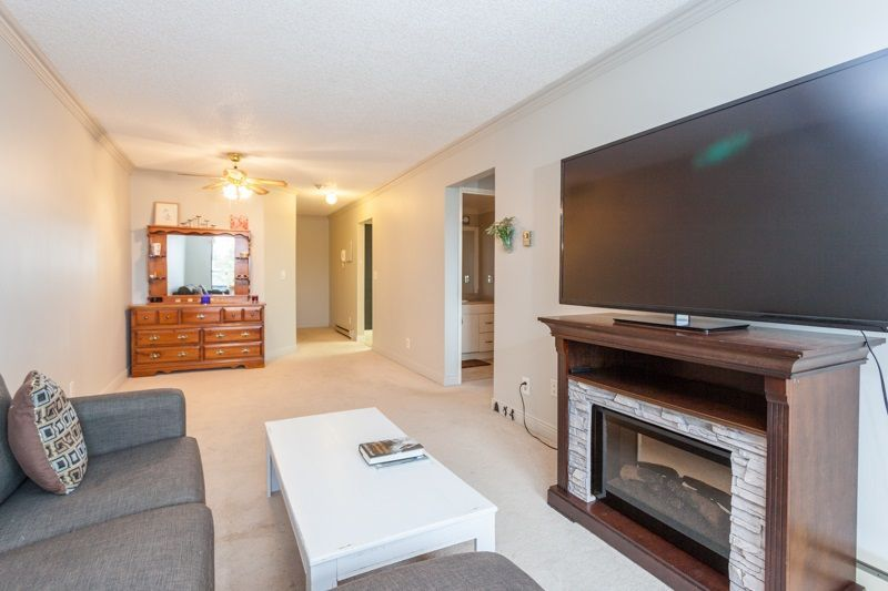 """Photo 3: Photos: 305 1341 GEORGE Street: White Rock Condo for sale in """"OCEANVIEW"""" (South Surrey White Rock)  : MLS®# R2215870"""