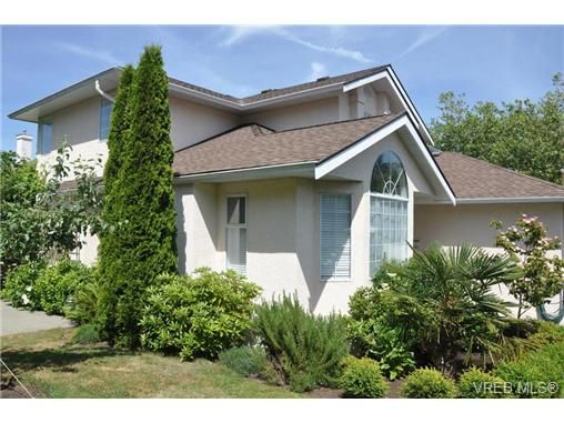 Main Photo: 1584 Arbordale Ave in VICTORIA: SE Mt Doug House for sale (Saanich East)  : MLS®# 704218