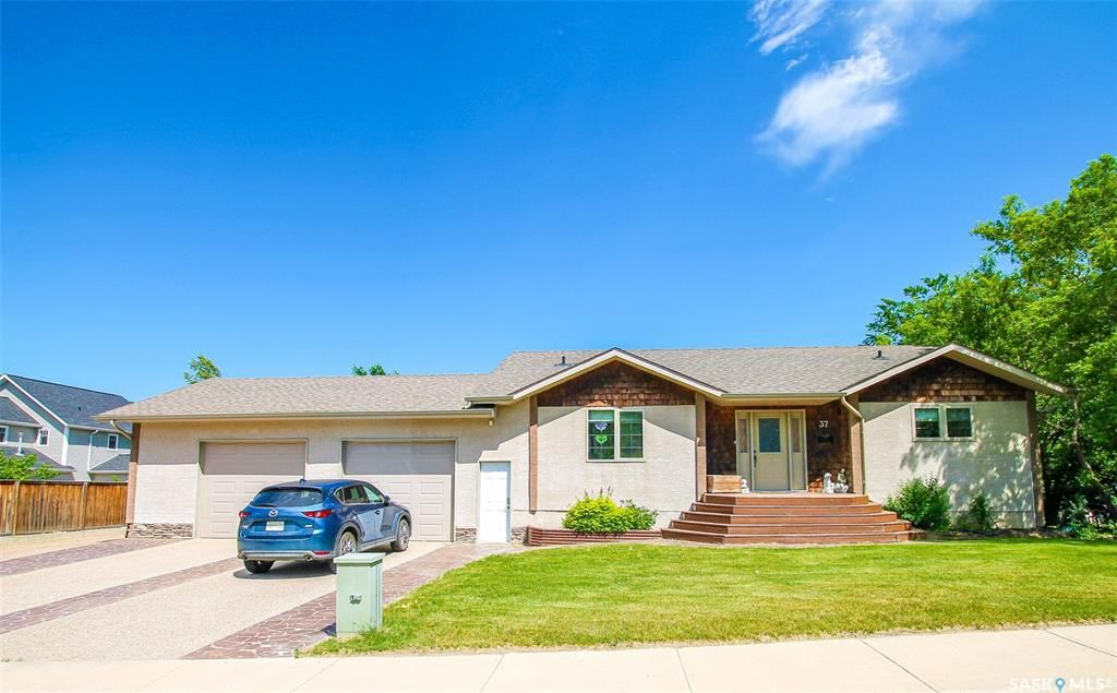Main Photo: 37 10th Avenue Northeast in Swift Current: North East Residential for sale : MLS®# SK859956