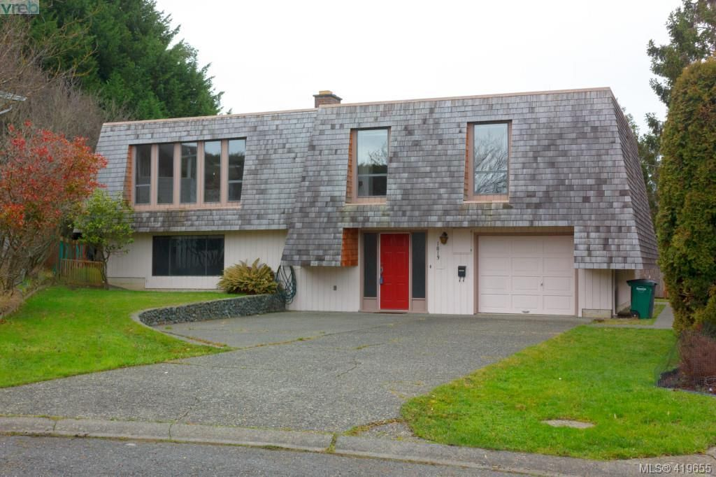 Main Photo: 1813 Rossiter Pl in VICTORIA: SE Lambrick Park House for sale (Saanich East)  : MLS®# 830624